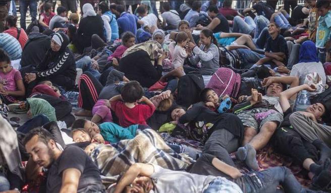 Pakolaiset lepäävät rautatieasemalla Kroatiassa matkalla leirille Zagrebiin I.Pavicevic UNHCR