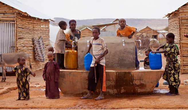 somali children collect water
