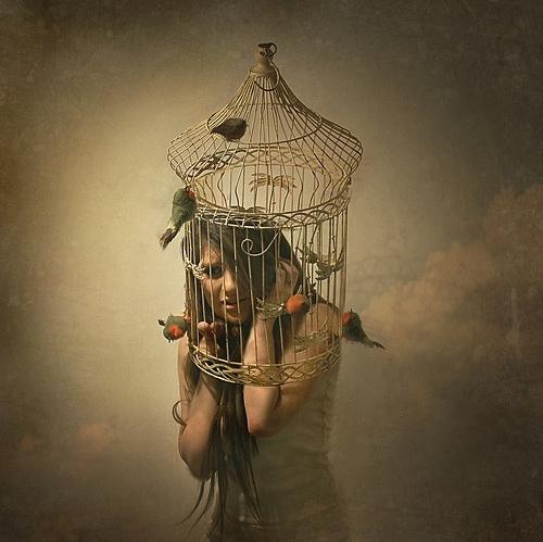 Nainen lintuhäkissä